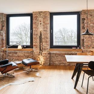 Inspiration för mellanstora industriella matplatser med öppen planlösning, med röda väggar, ljust trägolv och brunt golv
