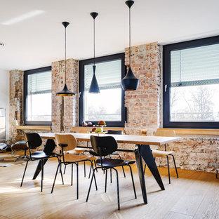 Idee per una grande sala da pranzo aperta verso la cucina industriale con pareti rosse, parquet chiaro, pavimento marrone e nessun camino