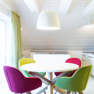 На фото: с высоким бюджетом столовые среднего размера в современном стиле с белыми стенами, пробковым полом и белым полом