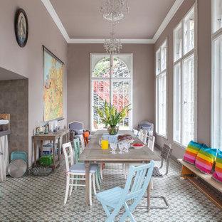Exempel på en stor eklektisk matplats med öppen planlösning, med flerfärgat golv, bruna väggar och klinkergolv i keramik