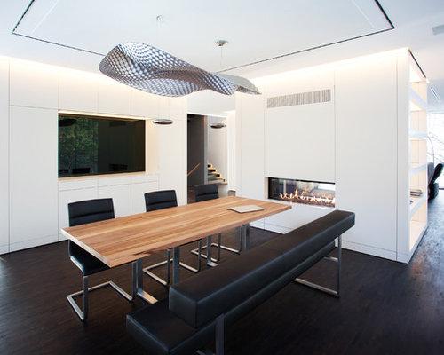 Großes Modernes Esszimmer Mit Weißer Wandfarbe, Dunklem Holzboden,  Verputztem Kaminsims Und Tunnelkamin In Frankfurt