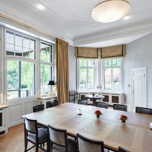 Mittelgroßes Klassisches Esszimmer mit grauer Wandfarbe, braunem Holzboden und braunem Boden in Köln