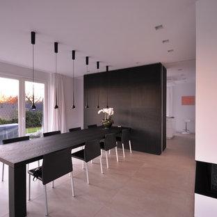 Inspiration pour une très grand salle à manger design avec un mur blanc et un sol beige.