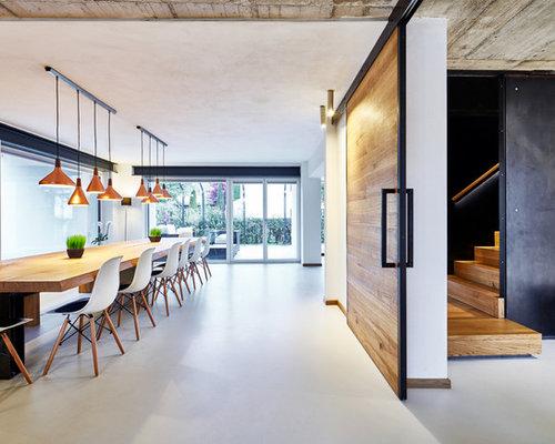 luxuriöser Lüster und Spiegelrahmen Retro Esszimmerstühle in strahlend weiß