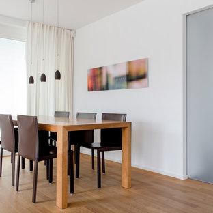 Mittelgroßes Modernes Esszimmer mit weißer Wandfarbe, braunem Holzboden und braunem Boden in Düsseldorf