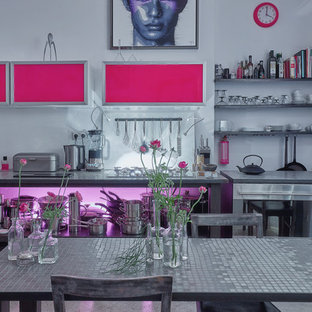Große Moderne Wohnküche ohne Kamin mit weißer Wandfarbe, Betonboden und grauem Boden in Berlin