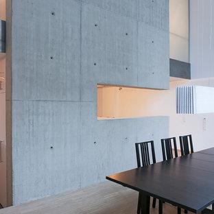 Offenes, Mittelgroßes Industrial Esszimmer Mit Grauer Wandfarbe Und Hellem  Holzboden In Essen