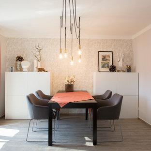 Mittelgroßes Modernes Esszimmer ohne Kamin mit grauer Wandfarbe und braunem Holzboden in Nürnberg
