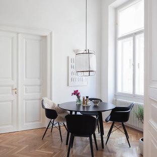 Offenes, Großes Skandinavisches Esszimmer ohne Kamin mit weißer Wandfarbe, braunem Holzboden und braunem Boden in Hannover