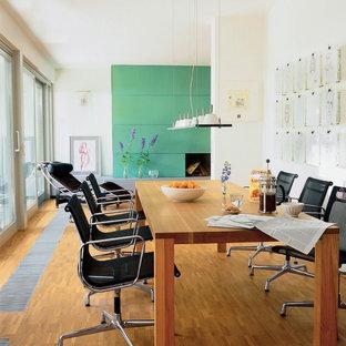 Offenes, Mittelgroßes Modernes Esszimmer mit weißer Wandfarbe, braunem Holzboden und braunem Boden in Frankfurt am Main