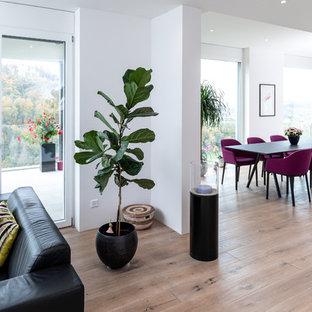 Große Moderne Wohnküche mit weißer Wandfarbe, hellem Holzboden und beigem Boden in Berlin