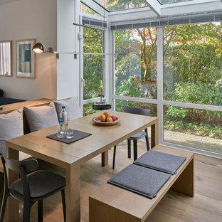 Mittelgroßes, Offenes Modernes Esszimmer ohne Kamin mit weißer Wandfarbe, braunem Holzboden und braunem Boden in Sonstige