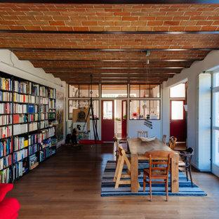 Offenes Eklektisches Esszimmer mit weißer Wandfarbe, braunem Holzboden und braunem Boden in Sonstige