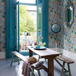Ispirazione per una sala da pranzo country di medie dimensioni e chiusa con parquet chiaro, nessun camino e pareti blu