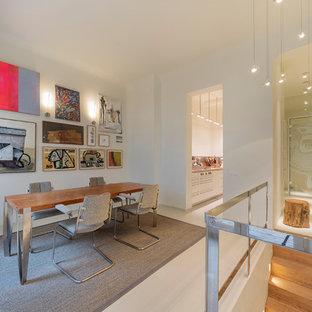Offenes Modernes Esszimmer ohne Kamin mit weißer Wandfarbe und weißem Boden in Hamburg