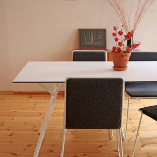 Foto di una sala da pranzo bohémian con pareti beige e pavimento in legno massello medio