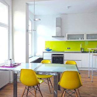 GroBartig Mittelgroße Moderne Wohnküche Ohne Kamin Mit Weißer Wandfarbe Und Braunem  Holzboden In Berlin