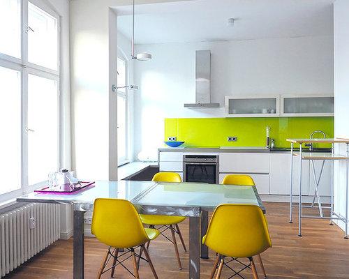 Mittelgroße Moderne Wohnküche Ohne Kamin Mit Weißer Wandfarbe Und Braunem  Holzboden In Berlin