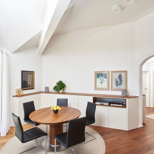 Mittelgroßes, Geschlossenes Modernes Esszimmer Ohne Kamin Mit Weißer  Wandfarbe, Braunem Boden Und Dunklem Holzboden