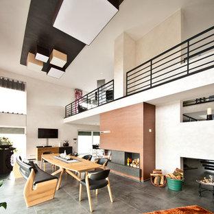 Idee per un'ampia sala da pranzo aperta verso il soggiorno design con pareti beige, pavimento in ardesia, stufa a legna e pavimento nero