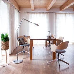 Geräumiges, Offenes Landhausstil Esszimmer ohne Kamin mit hellem Holzboden, weißer Wandfarbe und braunem Boden in München