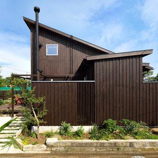 東京都下の小さいラスティックスタイルのおしゃれな家の外観 (木材サイディング、茶色い外壁) の写真