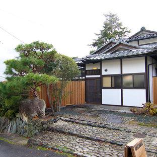 京都のアジアンスタイルのおしゃれな家の外観 (混合材サイディング、切妻屋根) の写真