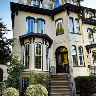 Diseño de fachada beige, tradicional, de tres plantas