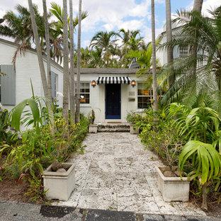 マイアミの中くらいのエクレクティックスタイルのおしゃれな家の外観 (コンクリートサイディング) の写真