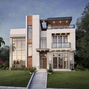 Immagine della facciata di una casa unifamiliare grande bianca moderna a tre piani con rivestimenti misti, tetto piano e copertura in metallo o lamiera