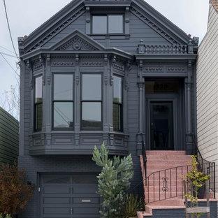 Idée de décoration pour une grand façade de maison noire victorienne à deux étages et plus avec un toit à deux pans et un revêtement mixte.