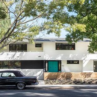 Ispirazione per la facciata di una casa unifamiliare bianca moderna a due piani con tetto a padiglione e copertura a scandole