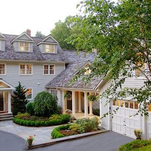 ニューヨークのトランジショナルスタイルのおしゃれな家の外観 (木材サイディング、ベージュの外壁) の写真