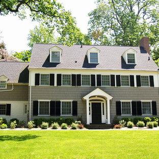 Exempel på ett mellanstort klassiskt grått hus, med tre eller fler plan, sadeltak och tak i shingel