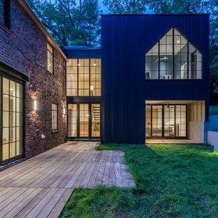 Foto de fachada de casa azul, ecléctica, de tamaño medio, de dos plantas, con revestimiento de metal, tejado plano y tejado de varios materiales