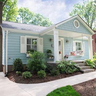 Amerikansk inredning av ett mellanstort blått hus, med allt i ett plan och metallfasad
