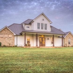 Diseño de fachada de casa multicolor, campestre, grande, de dos plantas, con revestimientos combinados, tejado a dos aguas y tejado de teja de madera
