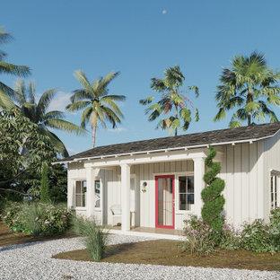 サンディエゴの小さいビーチスタイルのおしゃれな家の外観 (コンクリート繊維板サイディング、黒い屋根、縦張り) の写真