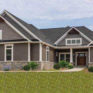 Idéer för mellanstora amerikanska grå hus, med allt i ett plan, vinylfasad och tak i mixade material