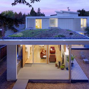 Inspiration pour une façade de maison minimaliste avec un toit plat et un toit végétal.