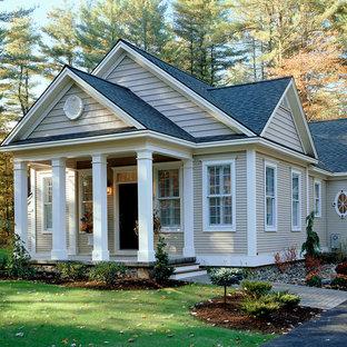 Klassisches Haus mit Holzfassade und Satteldach in New York