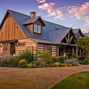 Uriges Haus mit Holzfassade, Satteldach und Blechdach in Austin