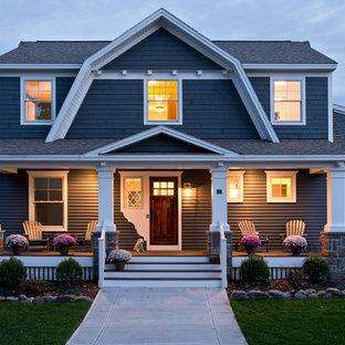 Diseño de fachada azul, tradicional, de dos plantas, con tejado a doble faldón y tejado de teja de madera