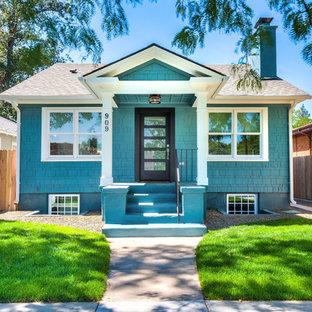 Immagine della facciata di una casa piccola blu american style a due piani con rivestimento in legno e tetto a capanna