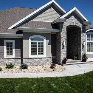 Cette photo montre une façade de maison double grise chic de plain-pied avec un revêtement mixte.