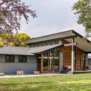Idéer för att renovera ett stort 50 tals grått hus, med två våningar och tak i shingel