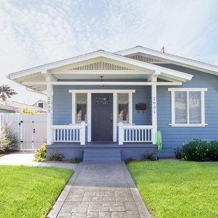 Ejemplo de fachada azul, de estilo americano, pequeña, de una planta, con revestimiento de madera