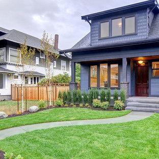 Idee per la facciata di una casa unifamiliare blu american style a due piani con tetto a capanna e copertura a scandole