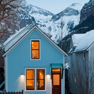 Ejemplo de fachada de casa azul, tradicional, de dos plantas, con tejado a dos aguas