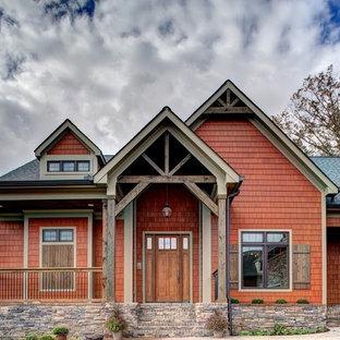 Modelo de fachada de casa naranja, rústica, de tamaño medio, de una planta, con revestimiento de madera, tejado a dos aguas y tejado de teja de madera